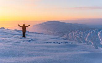 Glad människa på ett berg